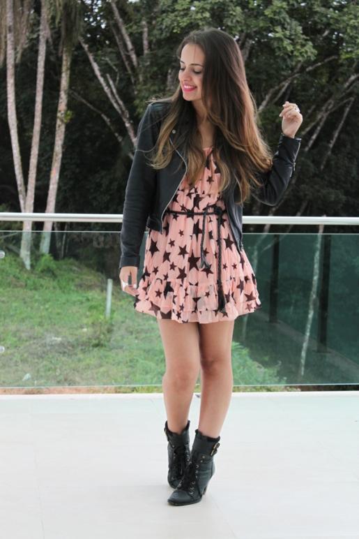 vestido-estampa-estrelas-e-jaqueta-perfecto-em-couro-preta2